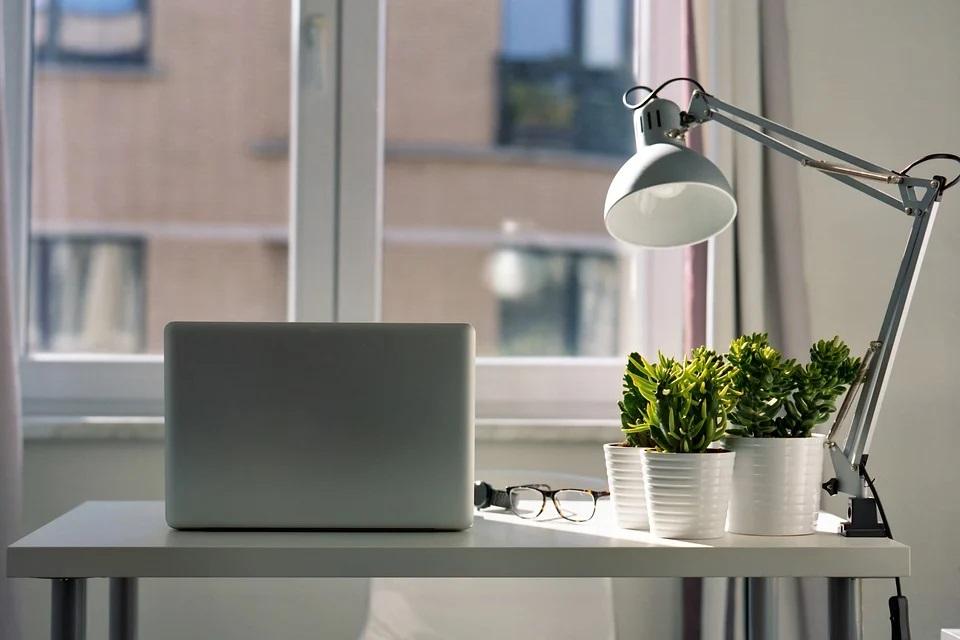 Co powinny posiadać biurka narożne